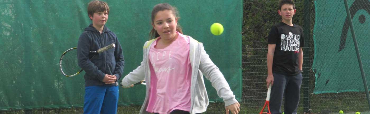 Entraînement de tennis d'une petite fille au TCE